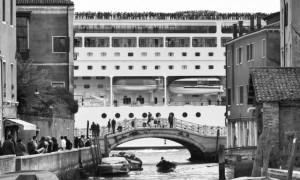 5. Gianni Berengo Gardin, Davanti alle Zattere, nel Canale della Giudecca.  © Gianni Berengo Gardin-Courtesy Fondazione Forma per la Fotografia