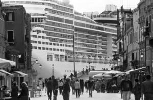 8.Gianni Berengo Gardin, Il passaggio in Bacino San Marco visto da via  Garibaldi.  © Gianni Berengo Gardin-Courtesy Fondazione Forma per la Fotografia